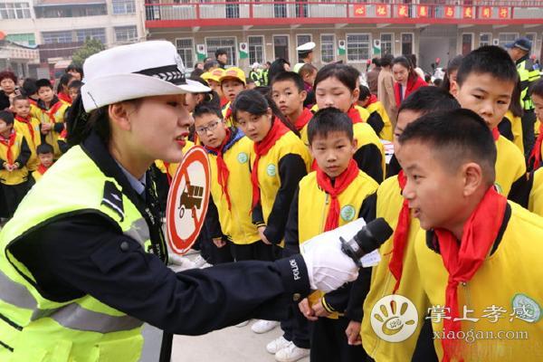 孝感市交警在桂桥小学开展12.2全国交通安全日活动[图1]