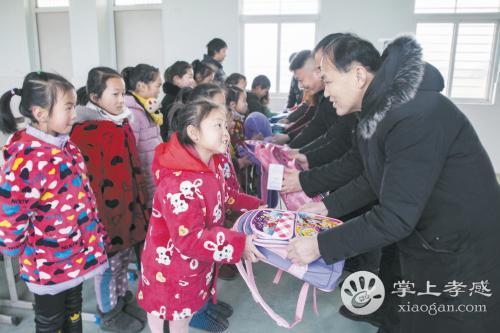 大爱在人间!孝感贫困留守儿童获赠书包文具爱心物品