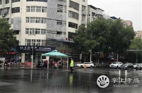 孝感交警正能量 交通路口将雨衣给市民[图1]