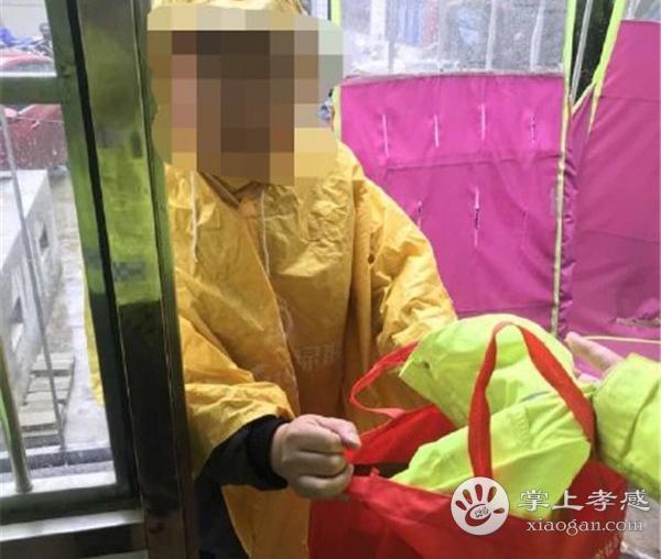 孝感交警正能量 交通路口将雨衣给市民[图4]