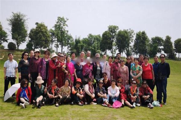 孝感42名失独家庭成员相约结伴出游过母亲节