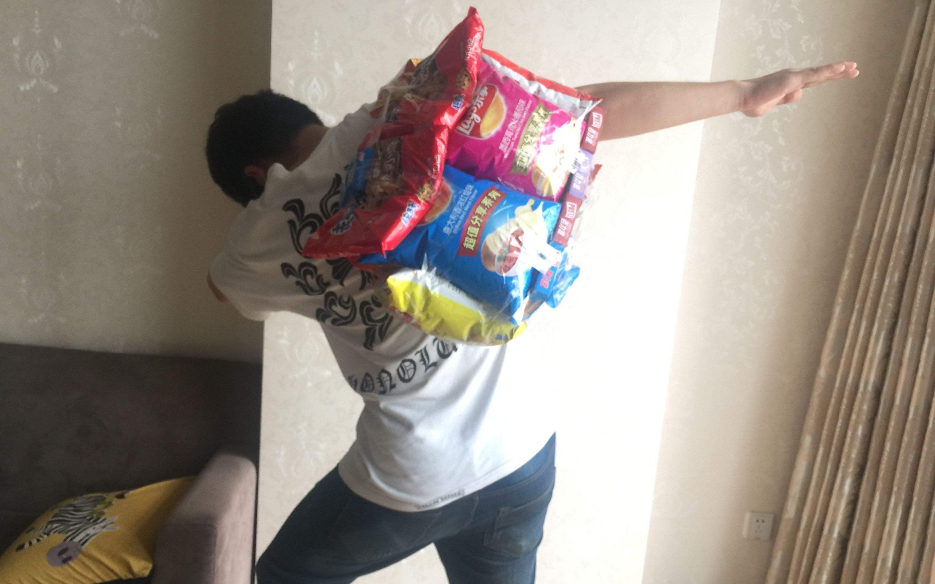 表妹想要六一礼物,于是孝感小哥就随手做了个零食背包!