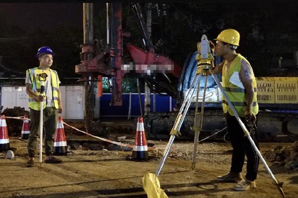 孝感城站路地下空间开发项目建设正酣:施工人员正在进行测量放线