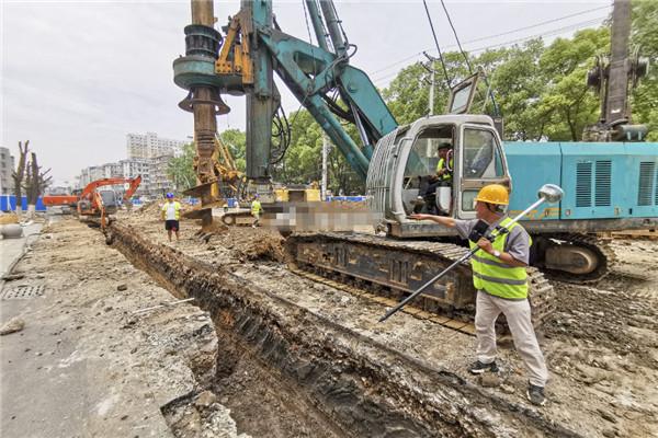 孝感城站路地下空间项目利用旋钻机架设首个支护桩
