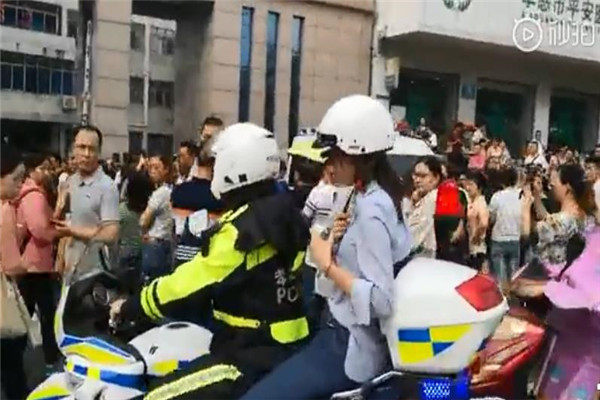 孝感丹阳中学考生被堵路上焦急万分,骑警紧急护送进考场