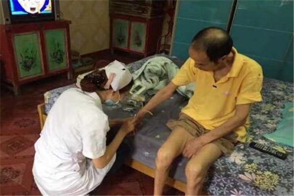 孝南区第二人民医院家庭医生为贫困户上门免费体检
