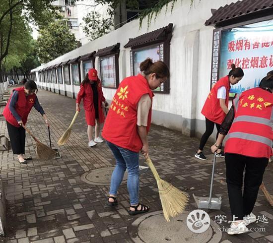 孝南区广场街道助力创卫工作 走上街头大扫除[图1]
