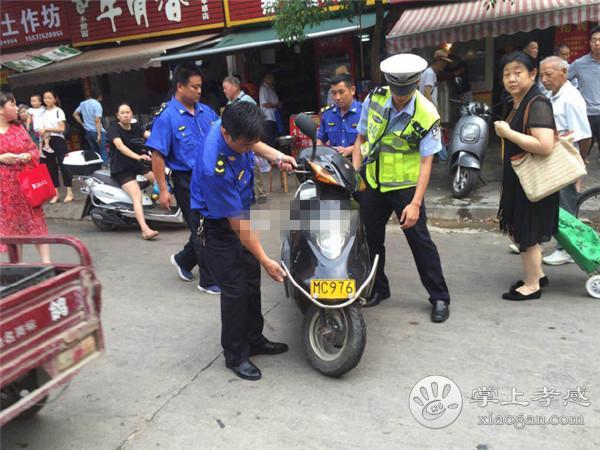 孝感交警联合城管在北京二路开展整治活动[图3]