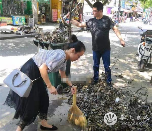 孝感勝利社區工作人員高溫清理路邊樹枝落葉[圖3]