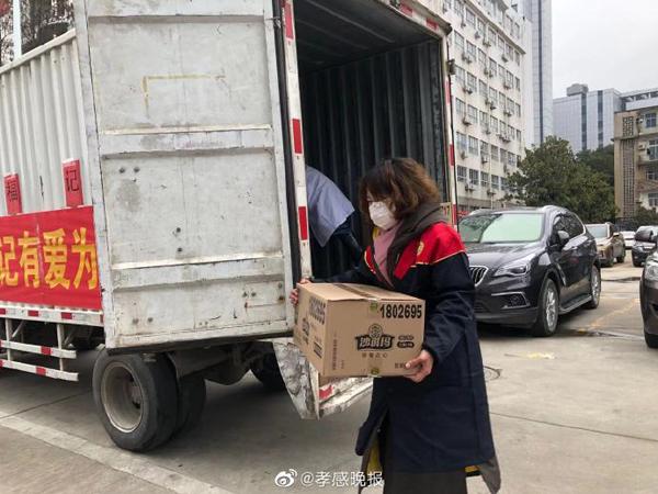 爱心企业给孝感市中心医院捐赠200箱干食