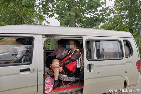 孝昌县公安局交警大队查获一起面包车超员交通违法行为 扣6分,罚款200元